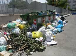 Emergenza rifiuti in via Francesco Frezza