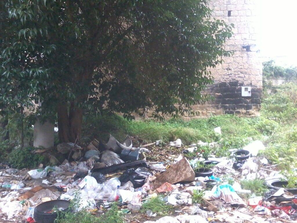 """Discarica illegale al confine tra Mugnano e Marano, cittadini esasperati inscenano una protesta. """"Siamo invasi dai topi""""."""