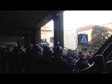 Video le cariche delle Forze dell'Ordine