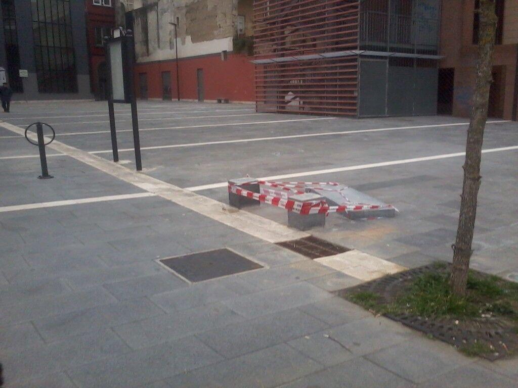 Marano, vandali in azione in piazza Escrivà de Balaguer. Distrutte panchine e altri manufatti
