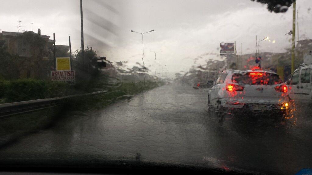 Paura in via Madonnelle: sgomberato un palazzo a causa delle forti piogge