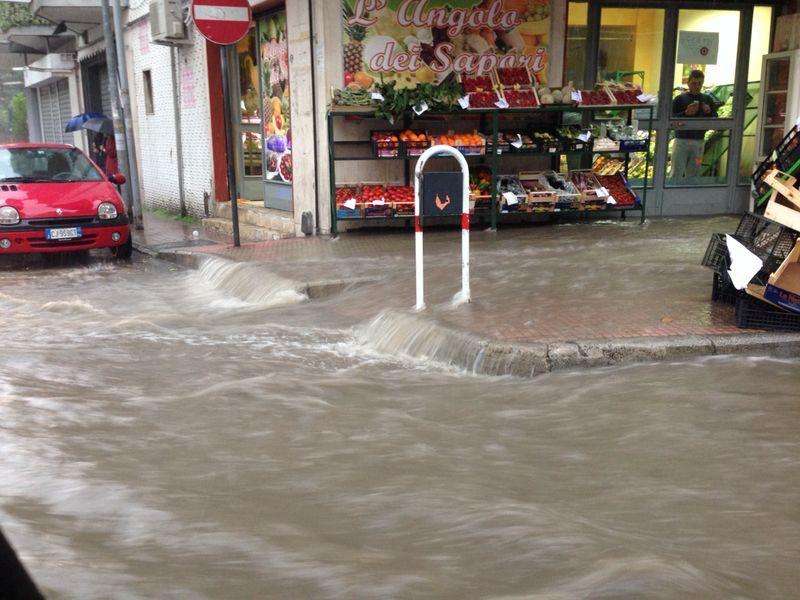 A Marano strade allagate: auto che galleggiano sull'acqua