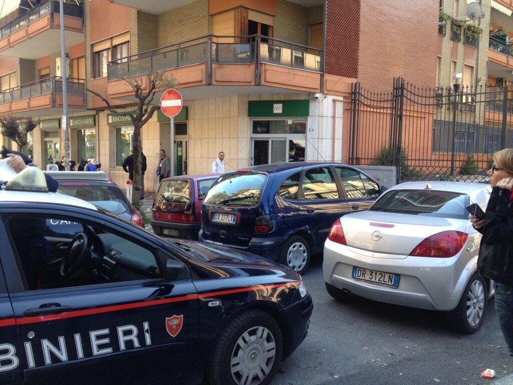 """Il racconto choc di un testimone: """"Hanno preso un ostaggio"""". Rapina con taglierino al Banco di Napoli di Piazza Gramsci"""