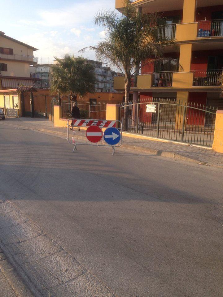 """Marano. ancora errori da segnaletica stradale: le auto """"dirottate"""" nel palazzo."""