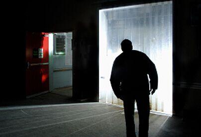 """Minaccia l'ex con una lettera sotto la porta: """"Questa volta vengo sul posto di lavoro e se mi parte la testa …"""""""