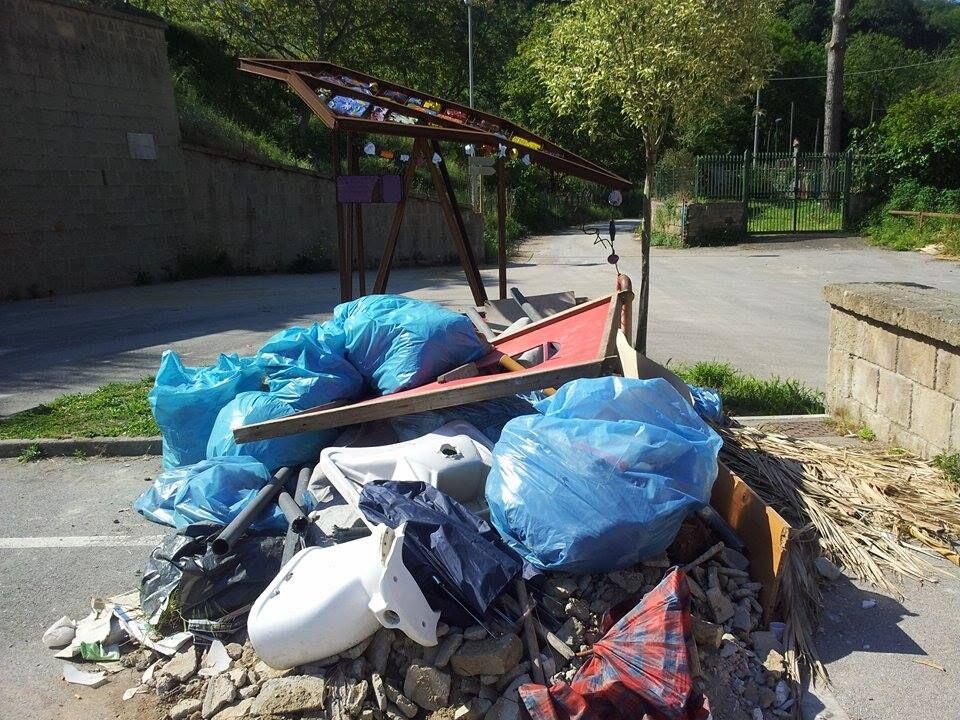 Marano, l'opera realizzata dagli studenti del territorio circondata dai rifiuti