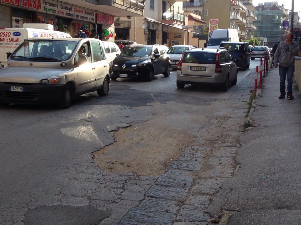 Marano, al corso Mediterraneo i danni del maltempo ancora ben visibili. Detriti e pietre lungo i marciapiedi