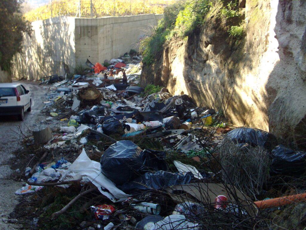 Marano, l'antica strada dei mercanti è diventata una discarica. Lo scempio di via Pendine-Casalanno