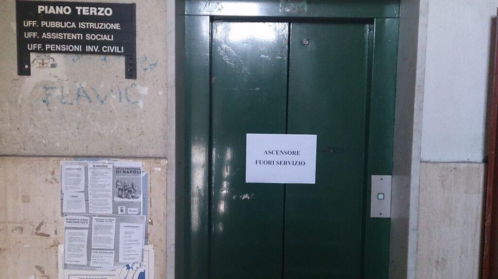 Marano, servizi sociali, ascensore guasto da tre mesi: disagi per disabili e anziani