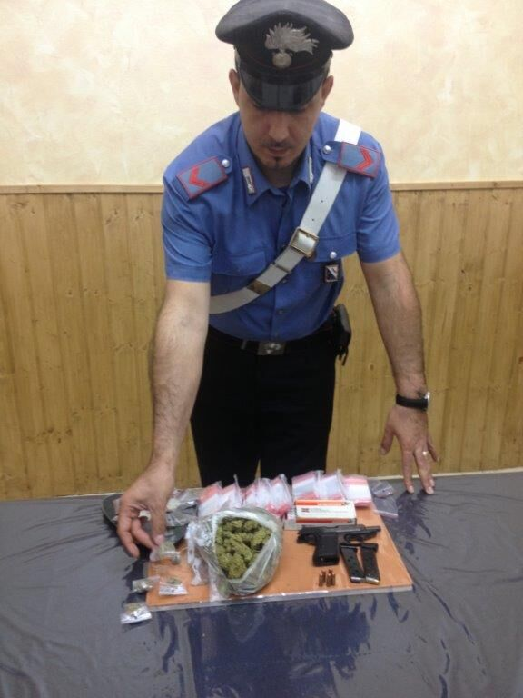 Una pistola e droga nell'armadio: arrestato