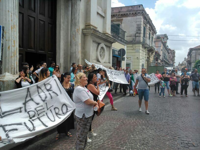"""Protestano gli operai di """"Made in Naples"""". Sit in al Comune. Lo striscione: """"8 anni di Girabilandia, 8 giorni noi"""". Video"""