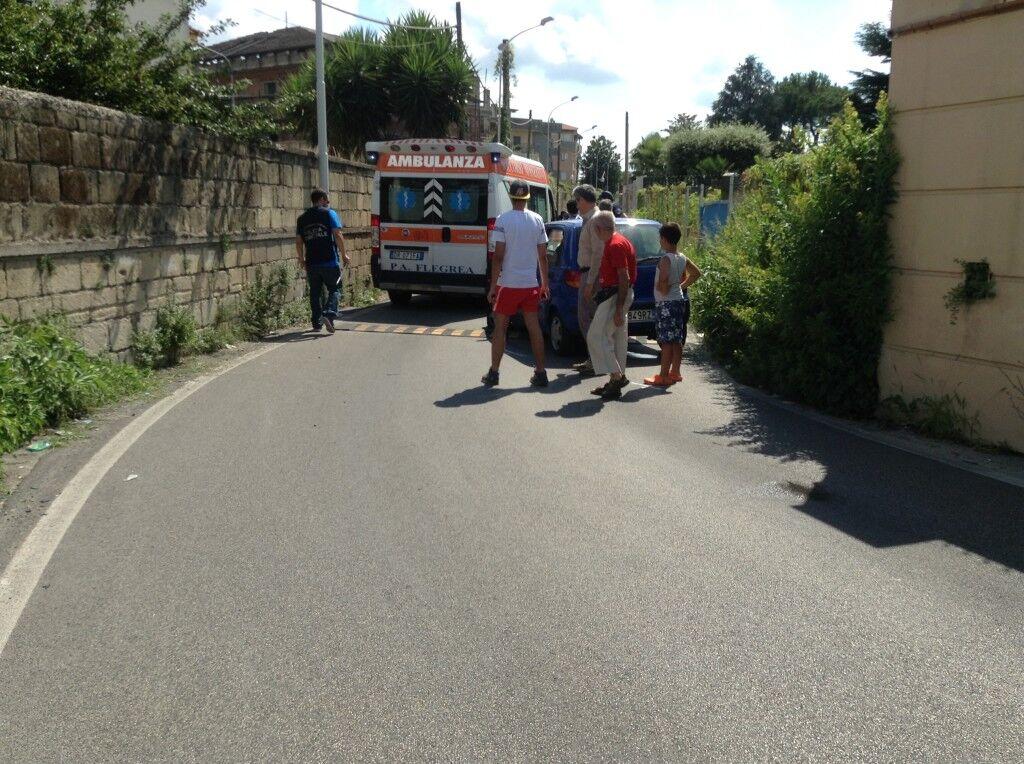 Impatto frontale in via Gioberti tra due auto: una donna finisce in ospedale. Foto