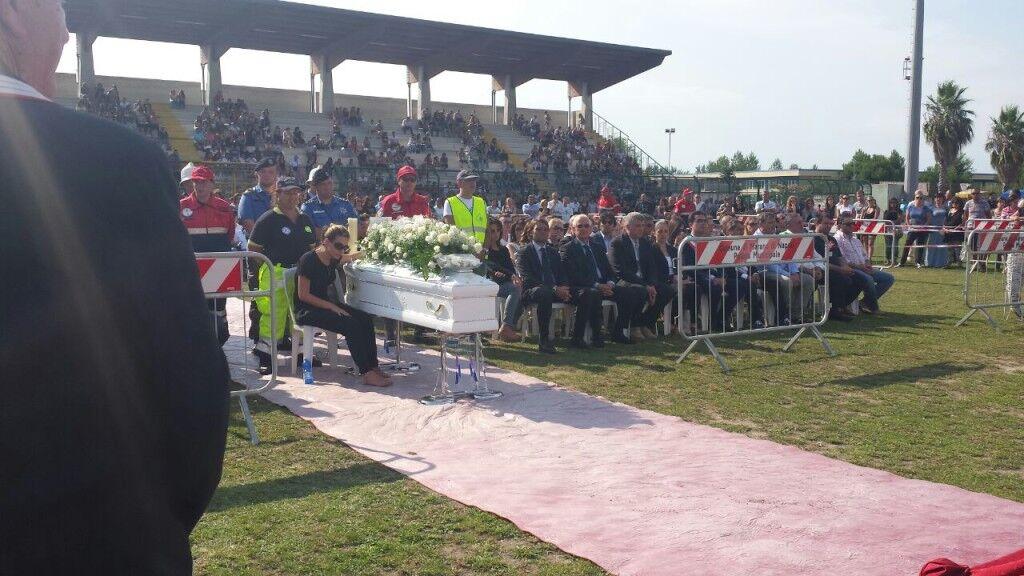 """Funerali di Giulia Menna. Il parroco chiede indulgenza, i parenti della vittima: """"Nessun perdono"""""""