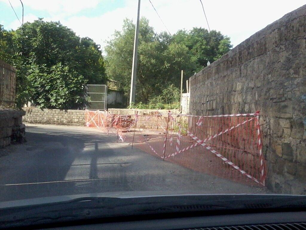Ancora problemi in via Tirone: discarica, rifiuti e tratto di strada off-limits