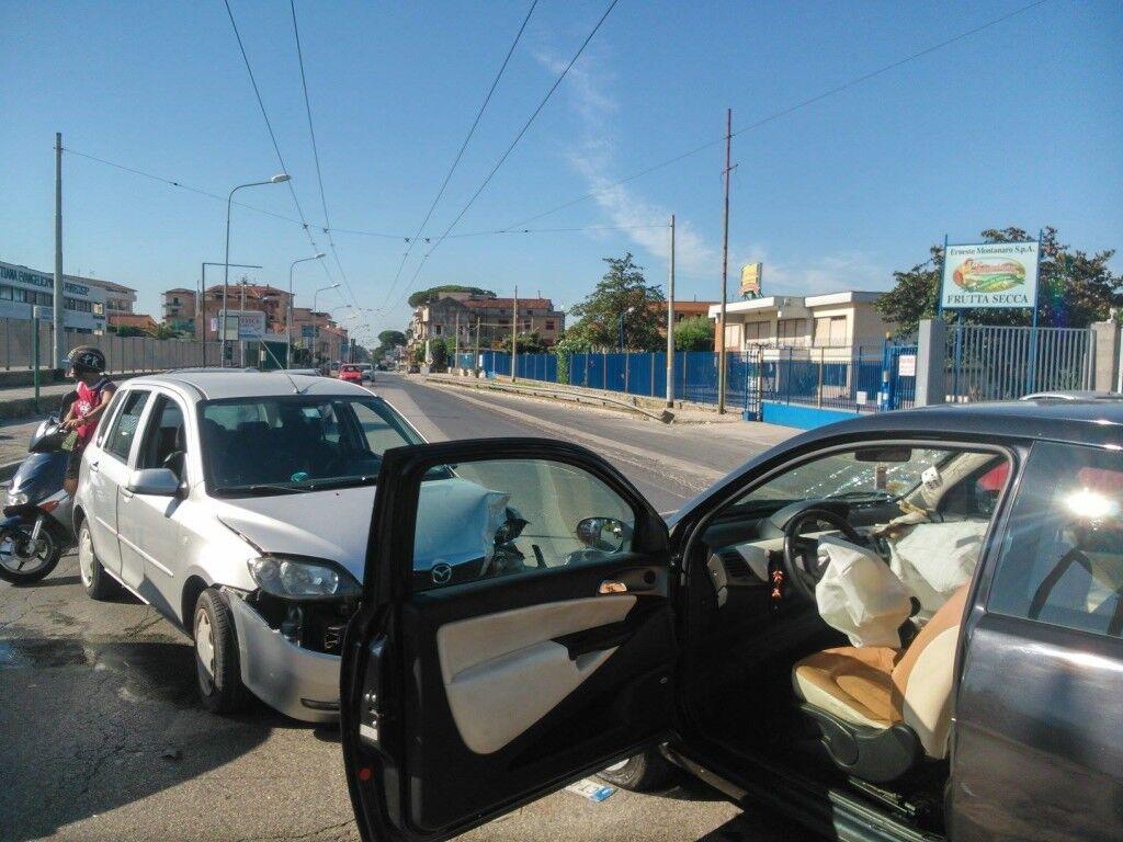 Incidente stradale a via Appia. Tre macchine coinvolte