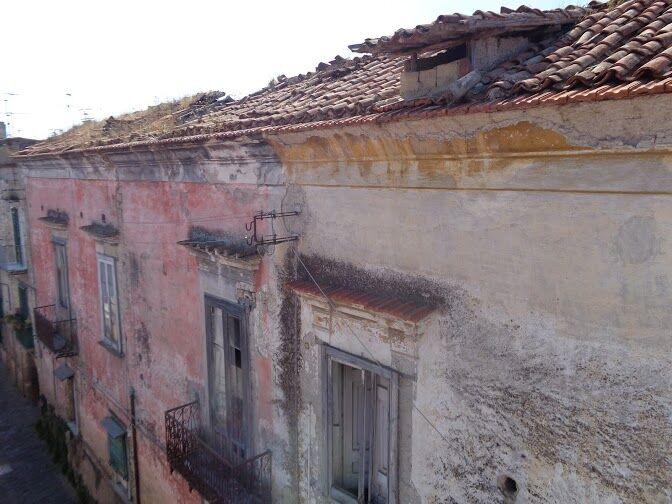 Marano, palazzo pericolante: rischio per i residenti