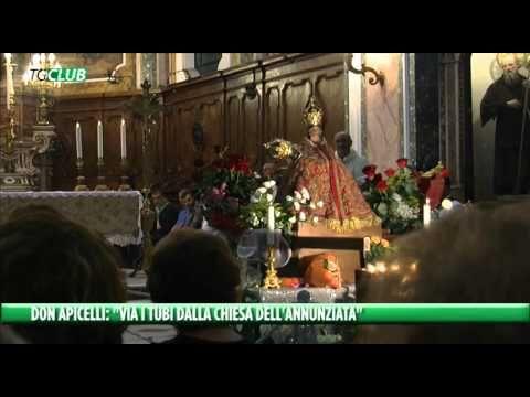 """L'ira di Don Apicelli: """"Via i tubolari dalla chiesa dell'Annunziata"""". I fedeli dalla sua parte. Video."""