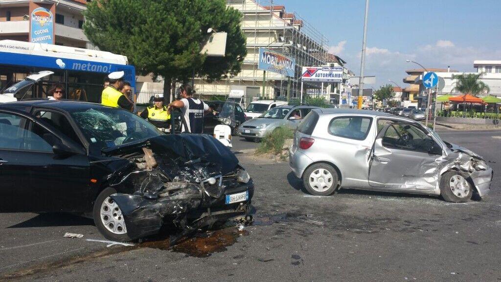 Gravissimo incidente sulla circumvallazione: forte impatto tra due auto, quattro persone coinvolte