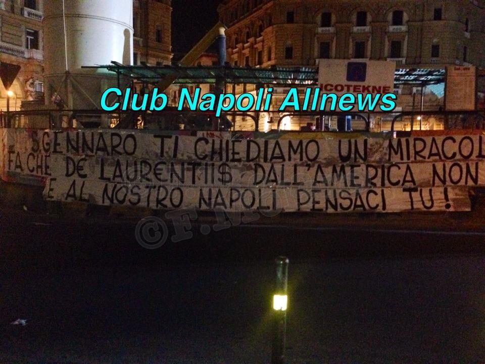 Dura contestazione dei tifosi nei confronti di De Laurentiis, spunta uno striscione al centro di Napoli