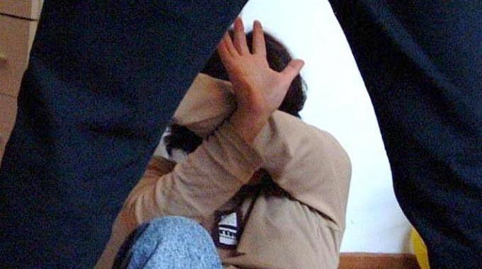 Picchia la moglie col bambino di un anno in braccio, arrestato dai carabinieri