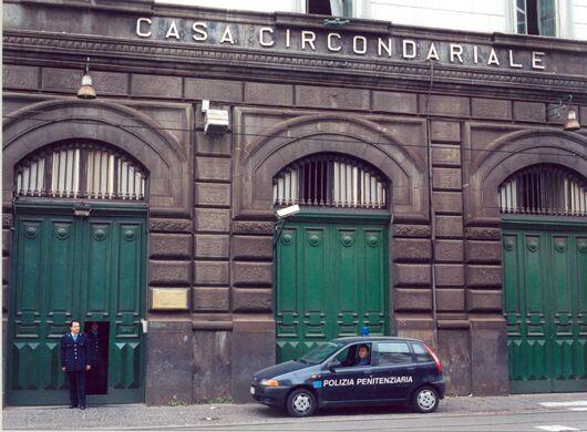 Napoli, allarme bomba di fronte al carcere