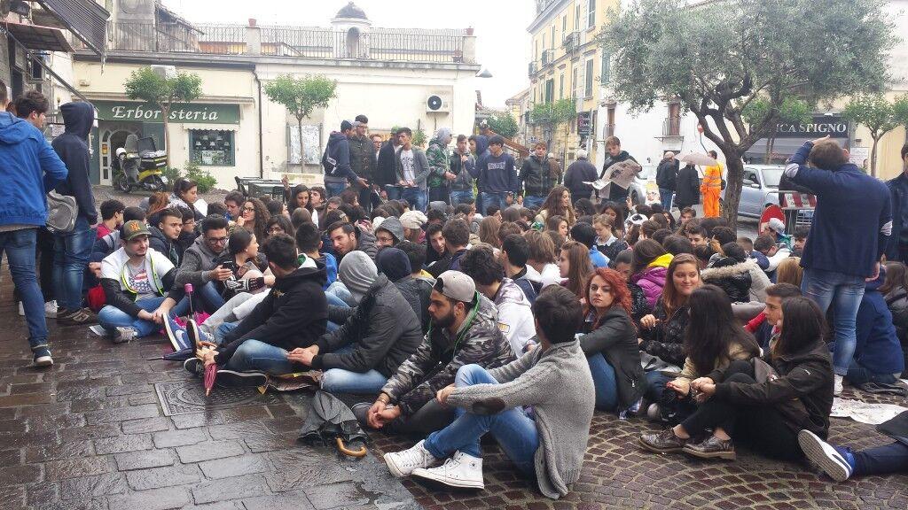 Giornata di protesta per gli studenti. Occupato il Segrè di Marano. In piazza gli studenti del liceo di Mugnano. Video