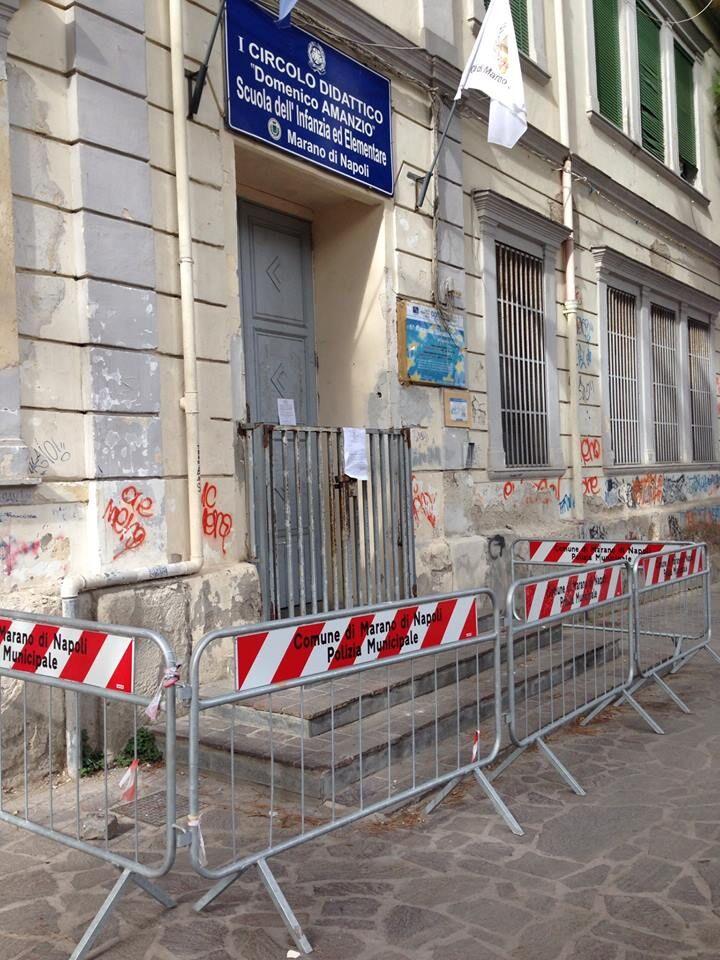 Marano, calcinacci e intonaco si staccano dalla facciata della Domenico Amanzio. Lunedì la messa in sicurezza