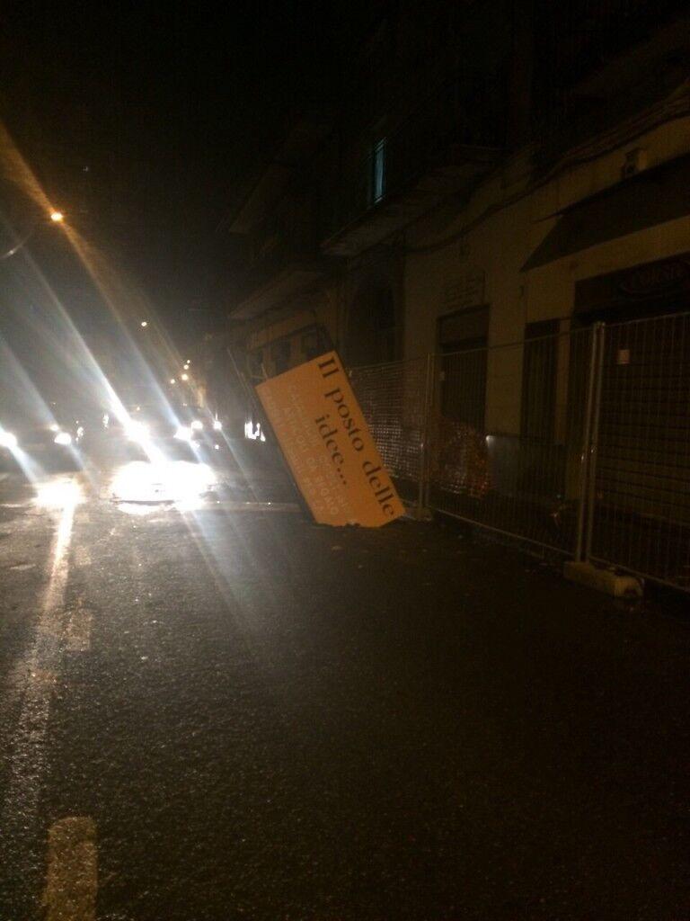 Paura in via Dante Alighieri: cade in strada una tabella pubblicitaria