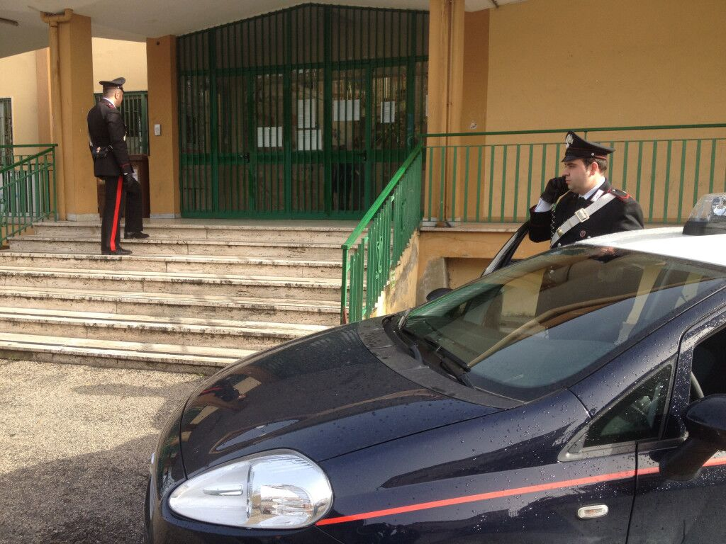 Raid alla scuola di viale Europa di Qualiano: arrestate 4 persone. Tre sono minorenni. L'intervento grazie alle segnalazioni dei cittadini