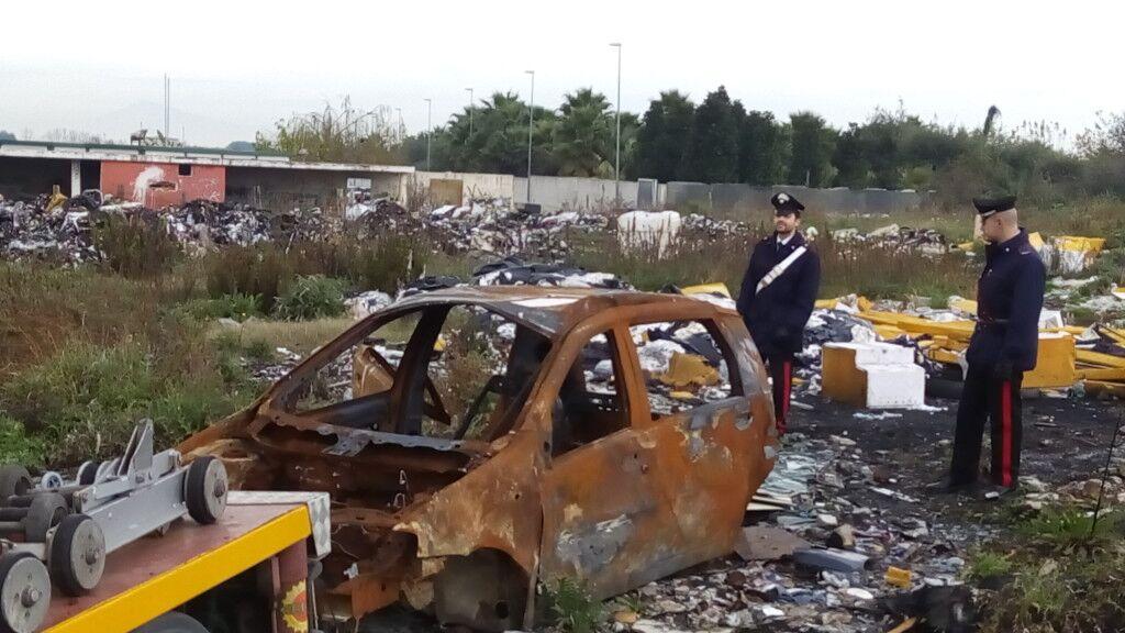 Cimitero di auto rubate e incendiate, rifiuti tossici e nocivi: sequestrata area di 20 mila mq.