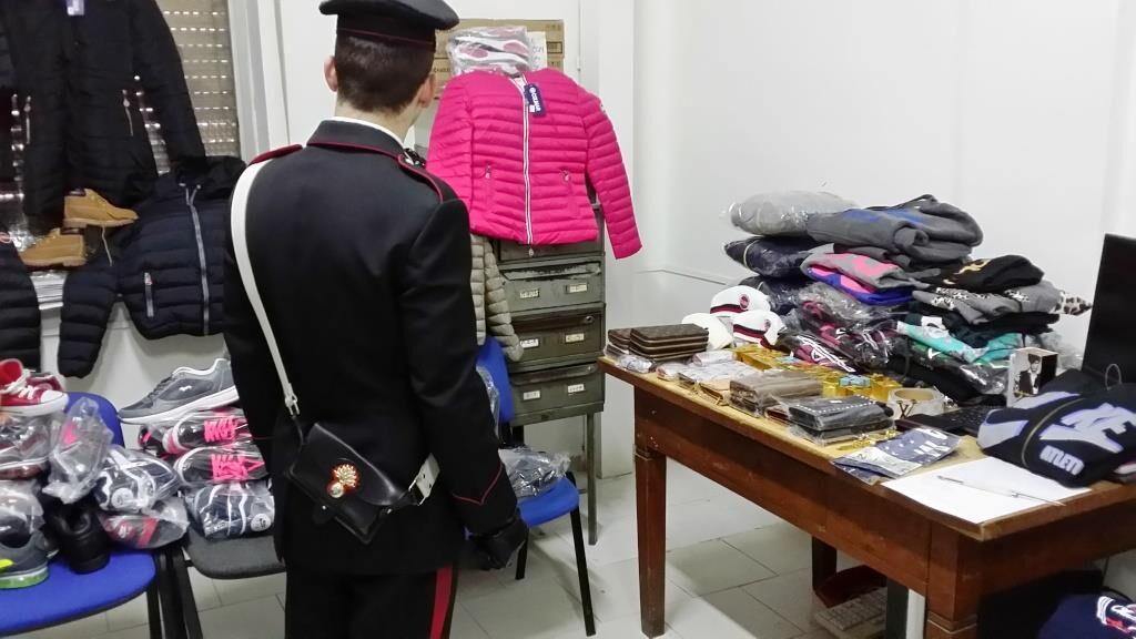 Boutique di griffe false in casa: arrestata una donna