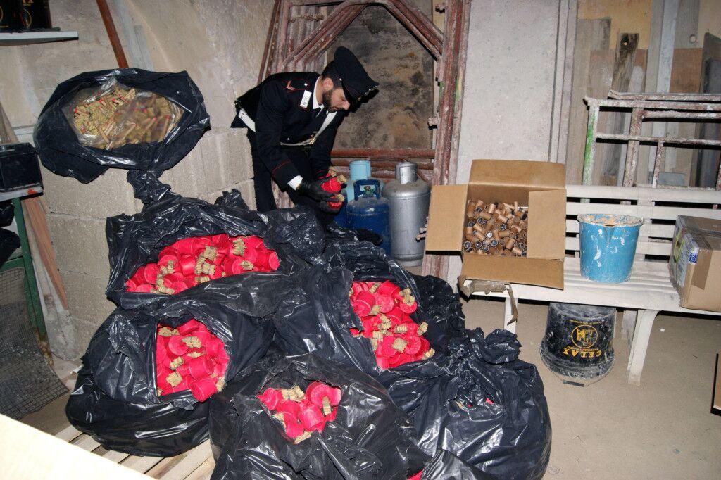 Sequestrato un arsenale di <i> cipolle </i> a Melito, 45mila botti illegali per 500kg di bombe. Video