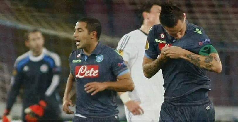 Napoli chiama, Hamsik risponde. Il capitano bacia la maglia (non più azzurra) e regala il primo posto agli azzurri