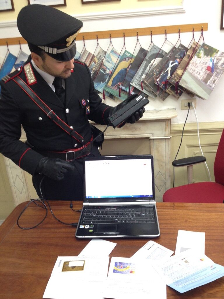 Dipendente delle poste clonava carte di credito: arrestato con il suo complice di Mugnano