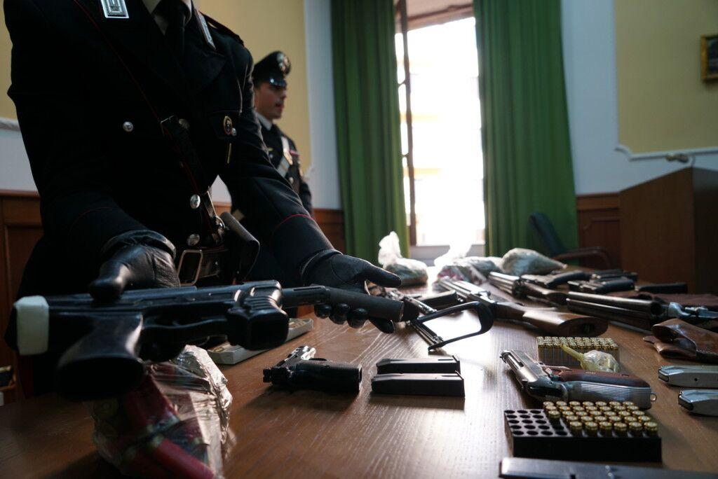 Armi da guerra in casa: trovati kalashnikov, mitragliatrici e fucili a canne mozze