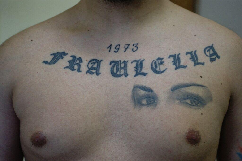 Giovani e armati in giro per i quartieri di Napoli: blitz delle forze dell'ordine. Tatuaggi per dimostrare l'appartenenza al clan. Il video shock