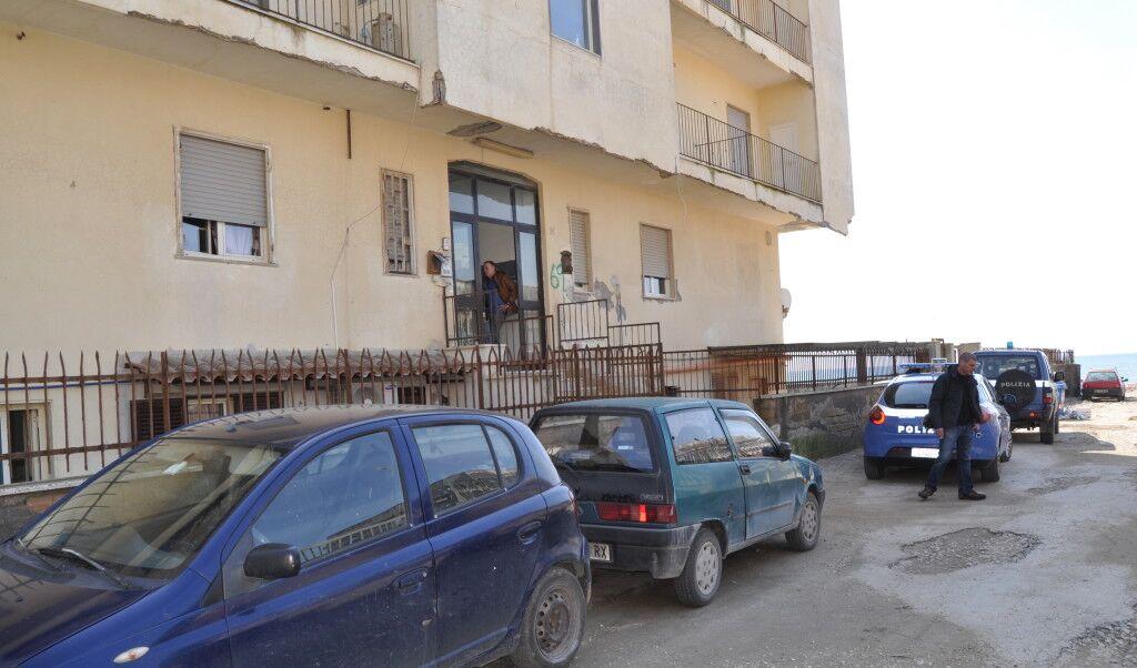 Licola, blitz della polizia in una casa a luci rosse: scoperte sette donne che si prostituivano. VIDEO