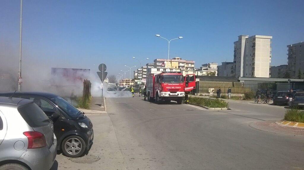 Auto in fiamme su via Pigna: paura nei pressi del V circolo didattico. Video