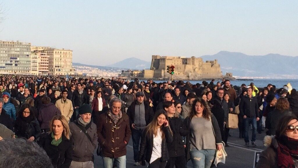 Giovani e anziani incontrano il Papa. In 100000 su Lungomare di Napoli per l'ultimo appuntamento della visita
