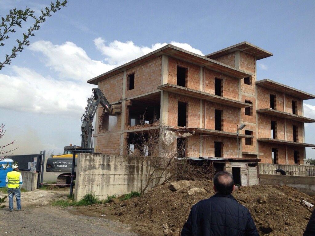 Giugliano abusiva: demolito per metà stabile via Casacelle. Video
