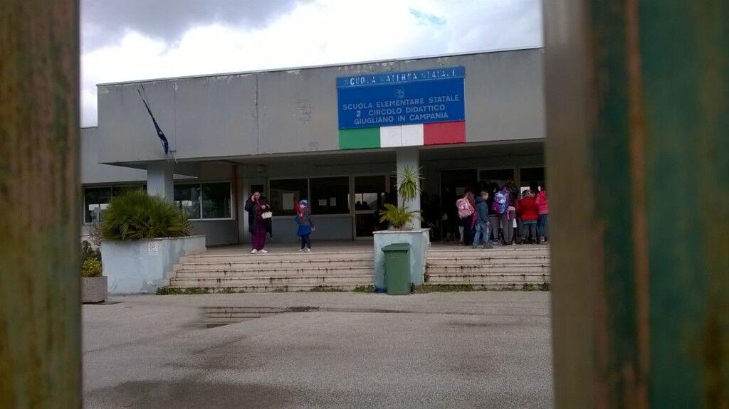 Aule e bagni sporchi, protesta di genitori e alunni alla scuola di viale dei Gemelli