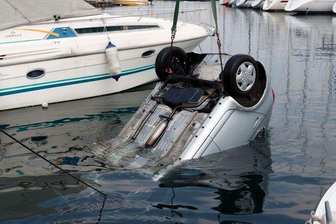 Pozzuoli, tragedia sfiorata: auto finisce in mare
