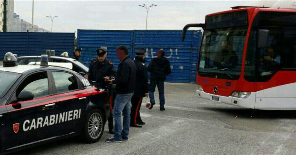 Ubriaco blocca un autobus per mezzora, denunciato un 48enne