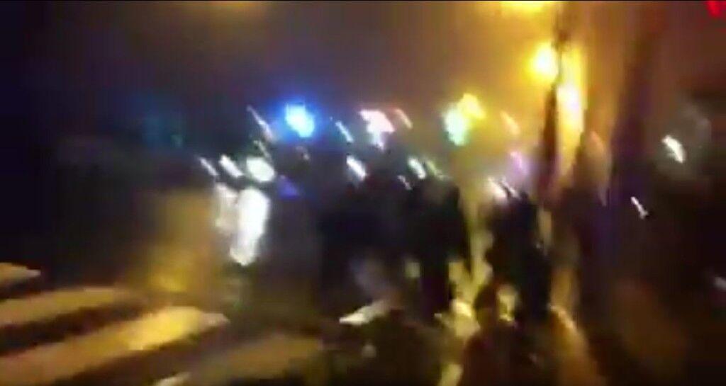 Video- Non arriva l'ambulanza, prendono una barella e spingono il ferito in ospedale