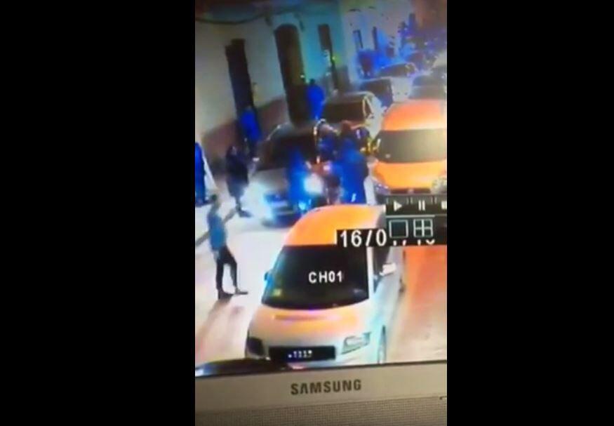 Un cittadino trova un'auto che gli blocca il portone. Quello che gli succede è assurdo