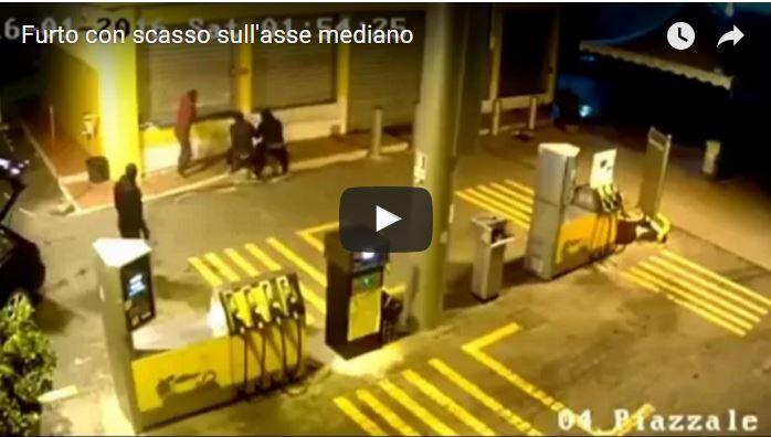 Video- Furto con scasso sotto gli occhi della telecamera