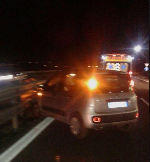 Incidente a Varcaturo: un uomo perde il controllo dell'auto e si schianta sul guard reil