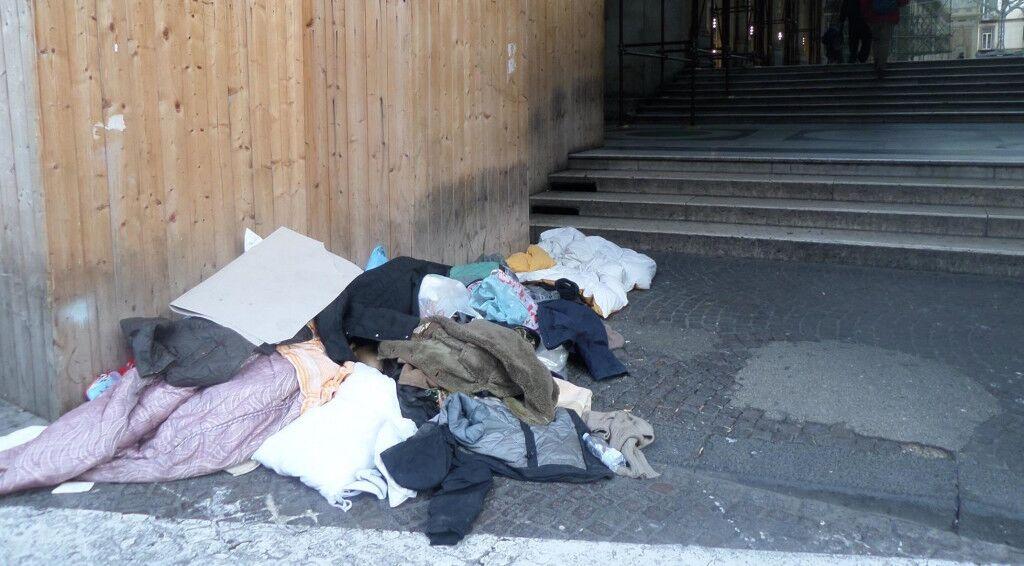 Napoli, emergenza freddo: sequestrate le coperte ai clochard della galleria Umberto