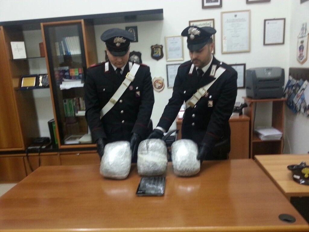 Blitz dei carabinieri nella notte: arrestate 14 persone. Trovati tre chili di droga a Giugliano