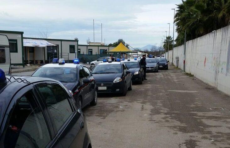 Carabinieri, maxi blitz al campo Rom in zona Asi